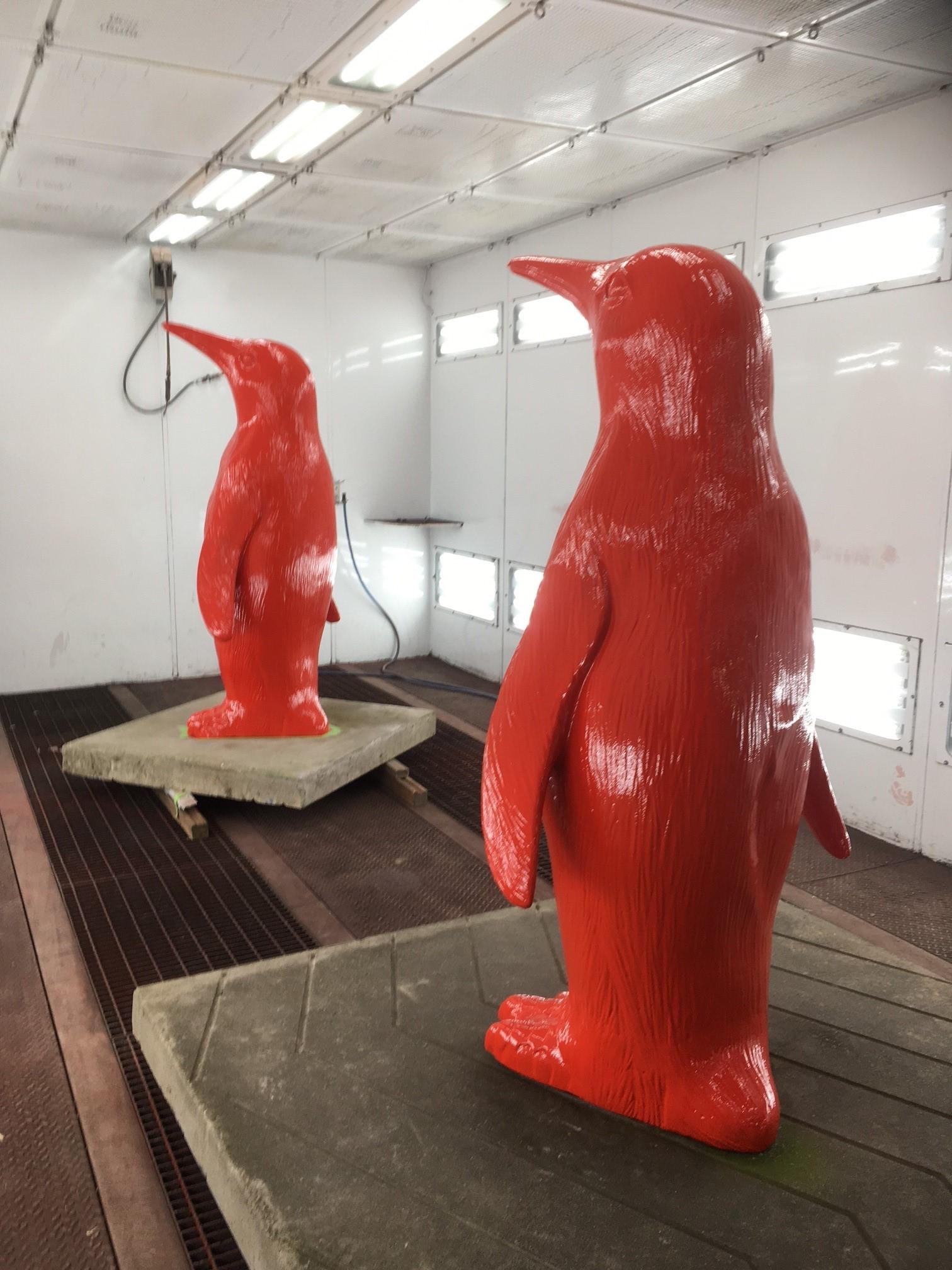 Deze pinguïns uit Breskens zijn in Oostburg terug in hun bekende rode signaalkleur gespoten.