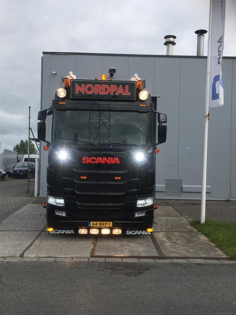 Vrachtwagen in de Nordpal bedrijfskleuren gespoten