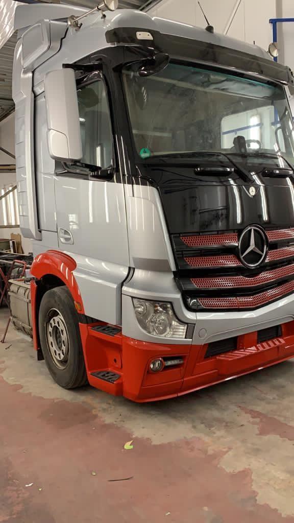 Nieuwe vrachtwagen in de bedrijfskleuren van Pladdet B.V.